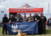 Agencja_Mienia_Wojskowego_objela_oficjalnym_patronatem_F-16_Tiger_Demo_Team._Na_zdjeciu_podczas_Air_Tattoo_2016._fot._Zbigniew_Prokopczyk.jpg